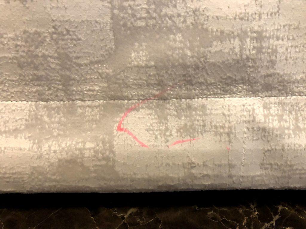 布地のカーテンへの蛍光ペン(水性)での落書き
