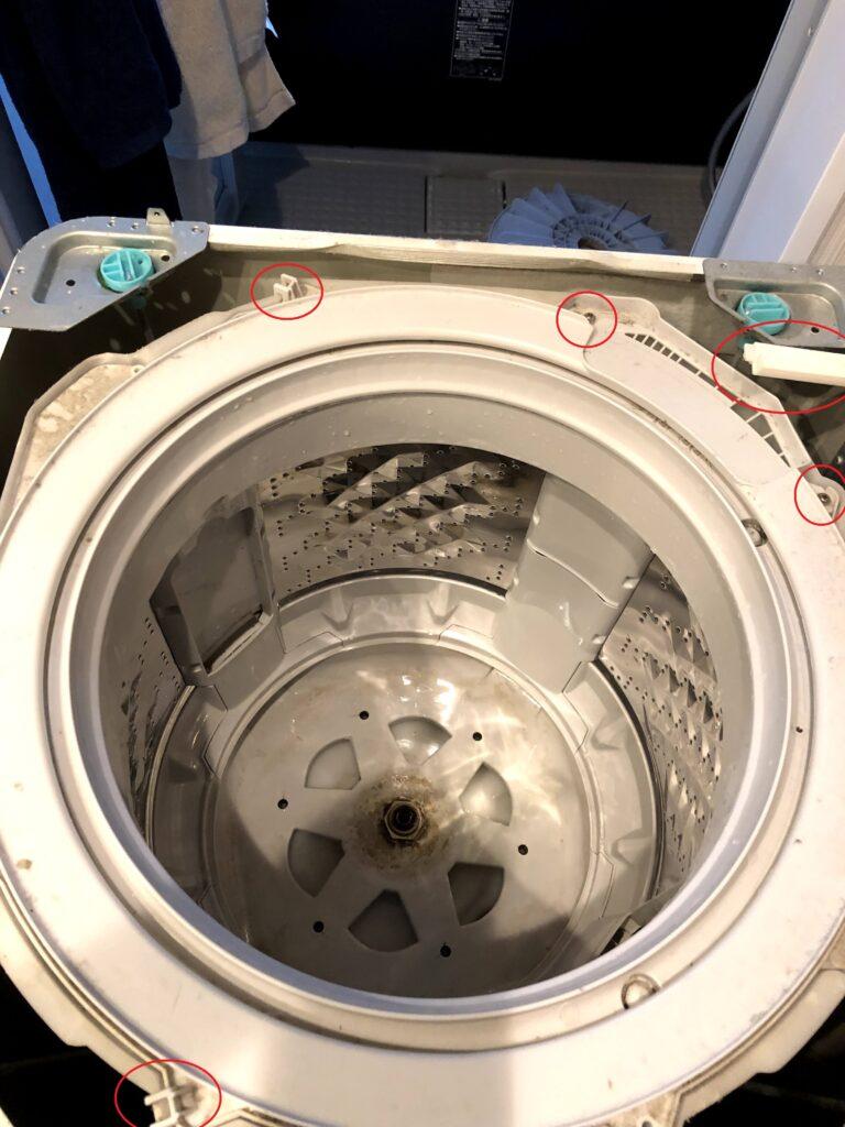 洗濯槽上部のカバーを外す